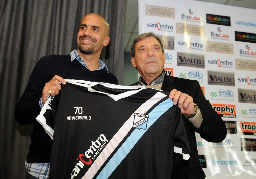 En 2012, Juan Sebastián Verón era presentado como jugador del club. Hoy está al borde del cierre por el tarifazo de Vidal.