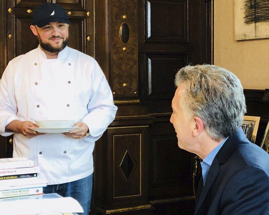 El presidente Mauricio Macri junto a Dante Liporace, el chef que contrató al llegar a Casa Rosada.