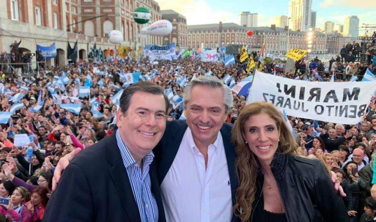 El candidato Alberto Fernández, junto a los ex gobernadores Gerardo Zamora y Claudia Ledesma, durante el cierre de campaña del Frente de Todos en Mar del Plata.
