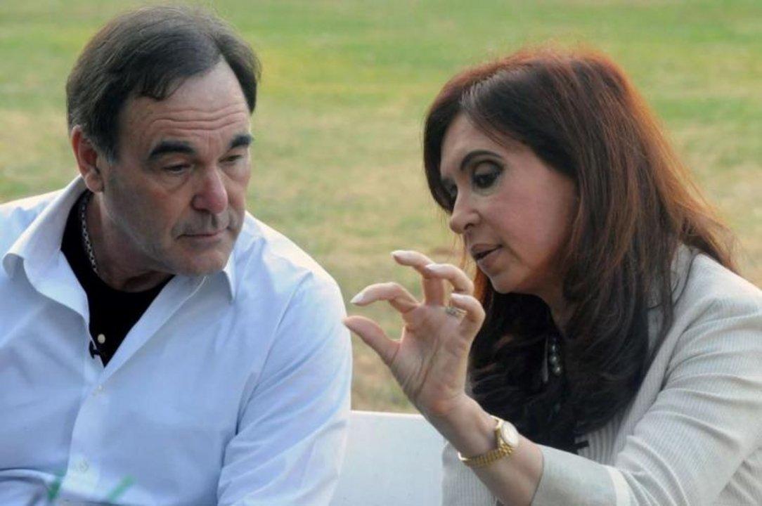 Oliver Stone junto a Cristina Fernández de Kirchner durante la grabación del documental Al Sur de la Frontera