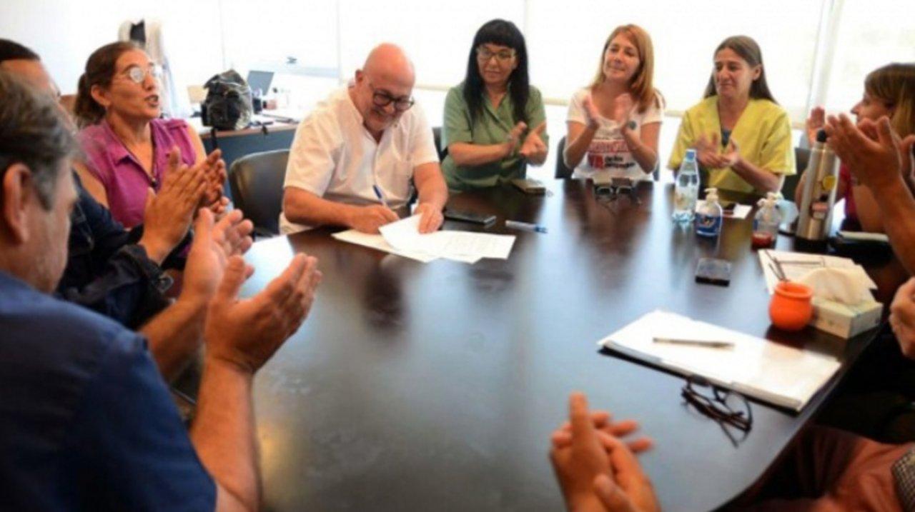 El interventor, Alberto Maceira, firma el acuerdo con los estatales para reincorporar a 205 despedidos de ese centro de salud. Foto Télam